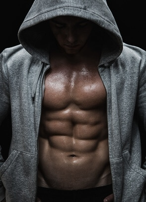Muskelaufbau Mann im Kapuzenpullover