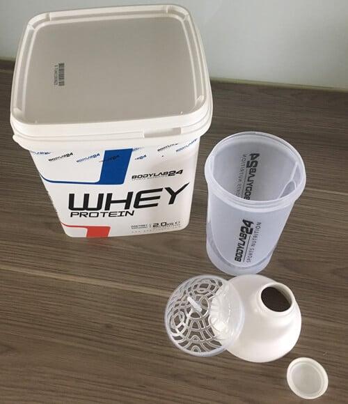 bodylab24-whey-protein-verpackung-mit-blender-bottle