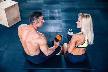 eiweiss-shaker-fitness-mann-frau
