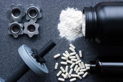 proteinpulver supplemente hanteln