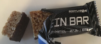 bodylab24-protein-bars-proteinriegel-banane-caramel-ausgepackt-angeschnitten