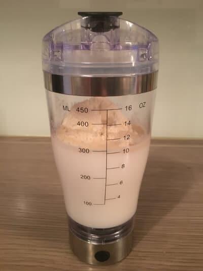 sayano elektrischer protein shaker mit milch whey protein