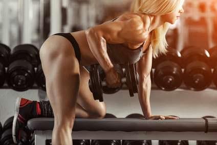 fitness blonde frau mit hantel