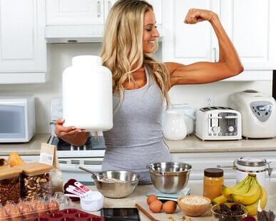 fitness girl beim backen mit eiweißpulver