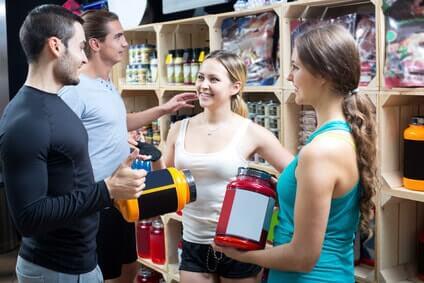 grupper junger leute diskutieren bodybuilding supplemente kreatin