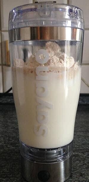 bodylab24-meal-replacement-shake-im-mixer-pulver-und-milch-min