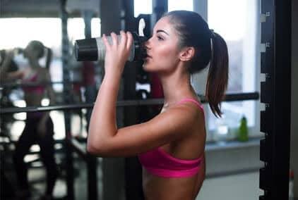 fitness girl trinkt protein shake