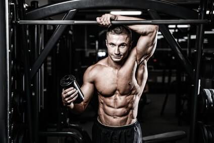 fitnessmodel hantelbank eiweisspulver shake