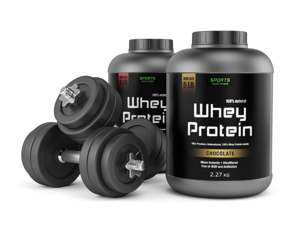 Whey Protein und Hanteln